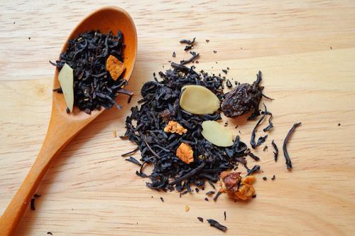 Черен чай с парченца ябълка, бадеми и стафиди