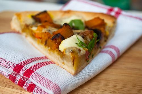 Пица с карамелизиран лук, печена тиква с къри и синьо сирене