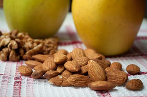 Бадеми, орехи и ябълки