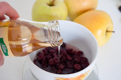 Измерване на продуктите за сладкия боровинков сос