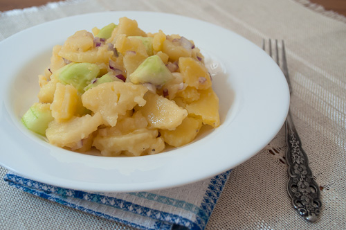 Баварска картофена салата с краставици и горчичен дресинг