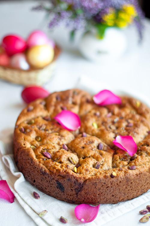 Великденски експеримент – пълнозърнест козунак с рози, шамфъстък, мед и кардамон
