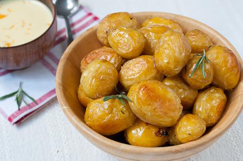 Печени пресни картофи и майонеза с розмарин, шалот и вода от портокалови цветове