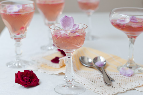 Желе от рози и пенливо розе със захаросани розови листенца