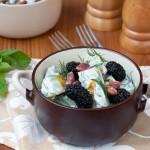 Салата от краставици, шамфъстък и плодове от черница