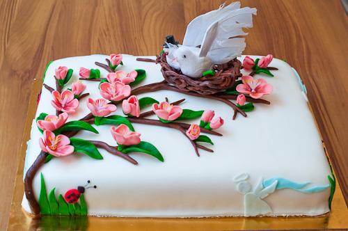 Ангели, калинки, прасковени цветове в една сватбена торта