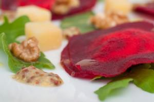 Равиоли от червено цвекло и сирене, поширана дюля, спанак и рукола с дресинг с горчица