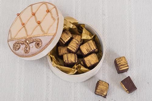 Шоколадови бонбони с ванилов марципан и малинов ганаш