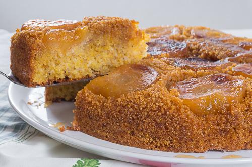 Сладкиш с карамелизирани ябълки, бадеми и царевичен грис