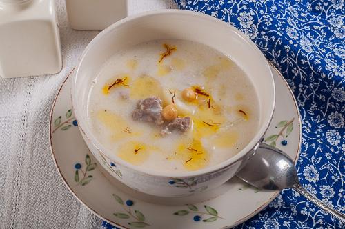 Гъста агнешка супа с кисело мляко и шафран