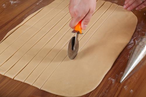 Изрязват се ленти с широчина 2 см