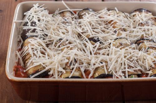 Патладжаните рула в доматен сос, поръсени с пармезан