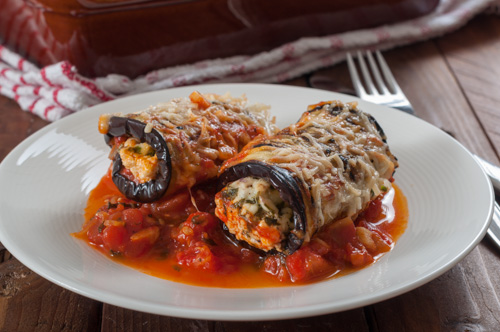 Патладжанени рула със сирена в доматен сос