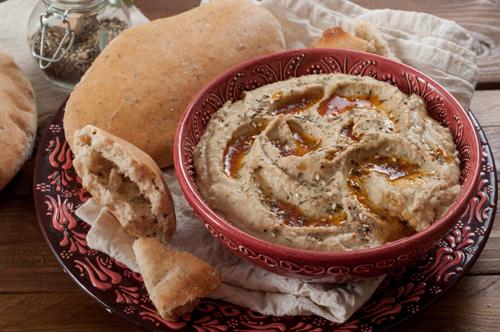 Хумус със заатар, масло с пушен пипер и пита с кимион