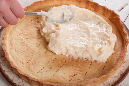 Разпределяне на крема в основата за тарта