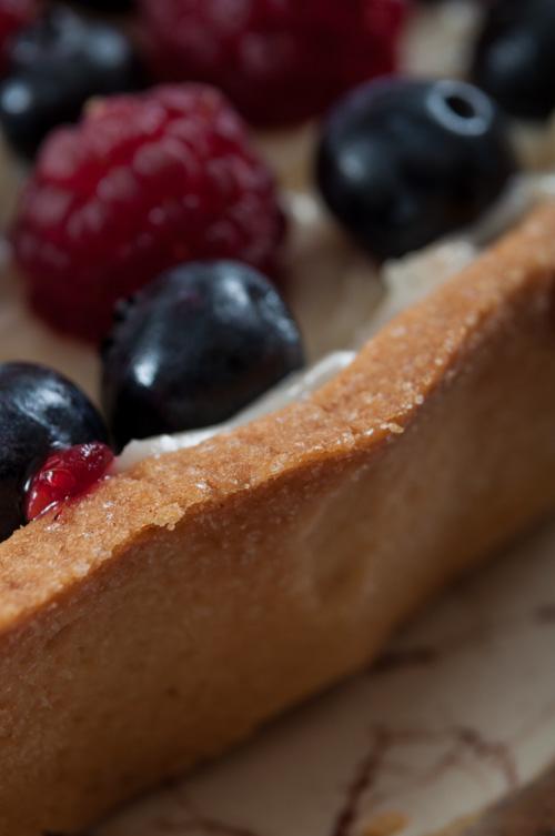 Тарт с малини и боровинки