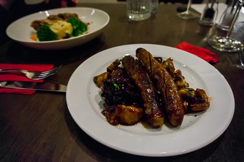 Италиански наденички с рагу от гъби, сушени  домати и карамелизиран лук
