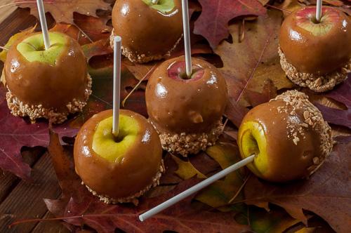 Ябълки на клечка в млечен карамел и солени фъстъци
