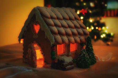Джинджифилова къщичка осветена отвътре