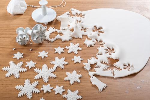 Изрязване на снежинки от фондан