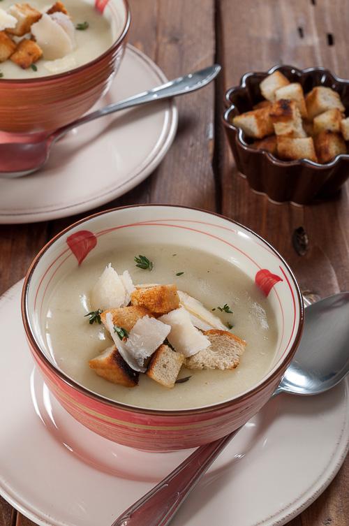 Крем супа от земна ябълка и чеснови крутони с мащерка