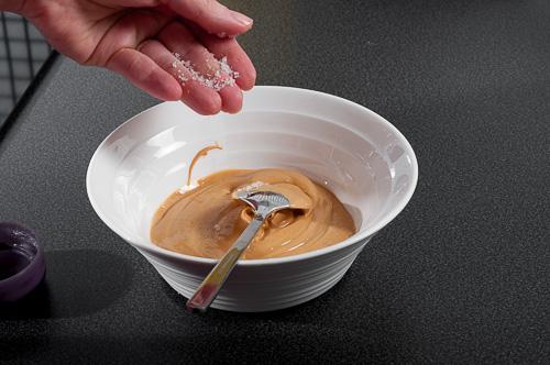 Към карамелизирания шоколад се добавя малко морска сол