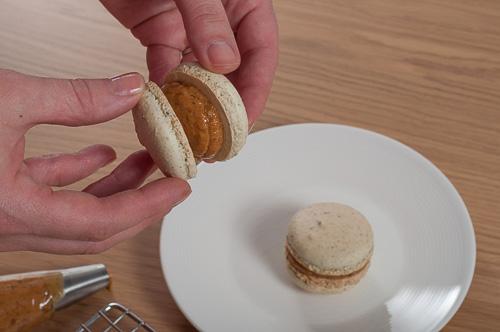 Френски макарони с шамфъстък и карамелизиран бял шоколад със сладко от смокини