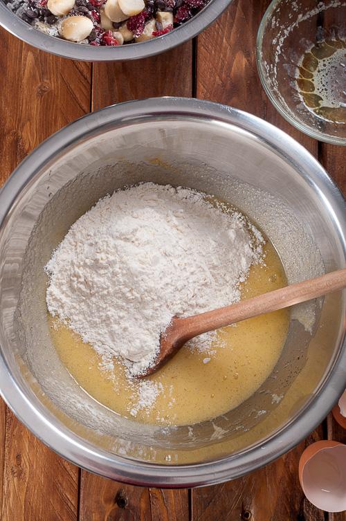 Добавяне на брашнената смес