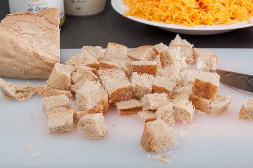 Стар хляб се нарязва на кубчета