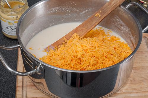 Към бешамела се добавят горчица и сирене