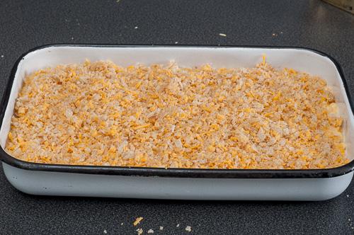 Макароните поръсени с хлебни трохи и сирене