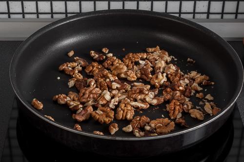 Орехите се запичат в сух тиган