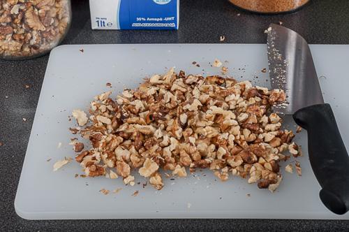 Орехите се нарязват на едро