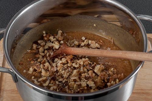 В соса се добавят орехите