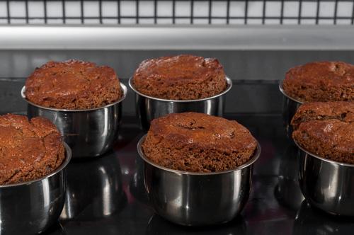 Изпечените кексчета се оставят във формите за 3-4 минути