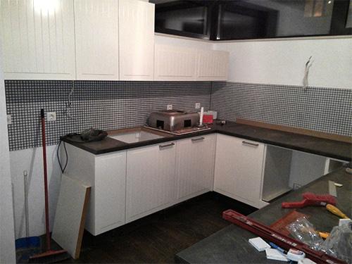 Част от кухнятя е сглобена