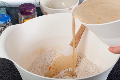 Течните се добавят към сухите съставки
