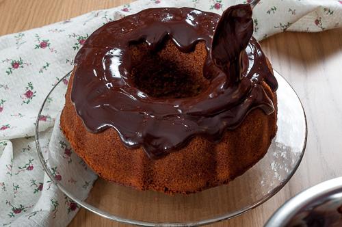 Глазурата се разпределя върху кейка