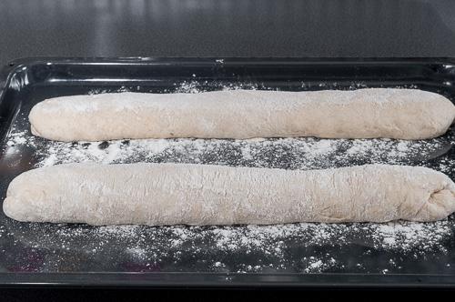 Багетите се слагат в тава за второ втасване