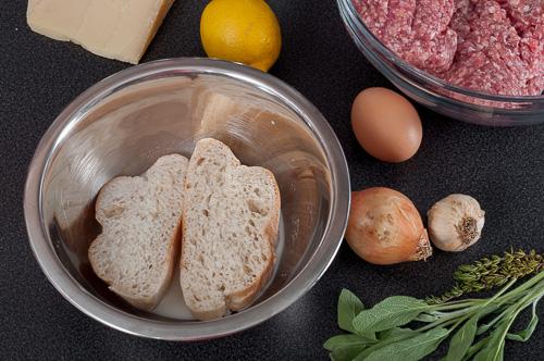 Хлябът за кюфтенцата се накисва
