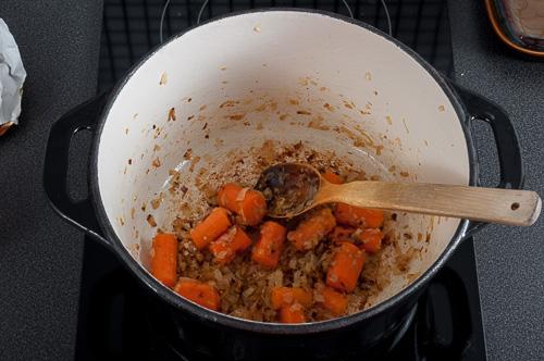 Запържват се морковите и лукът