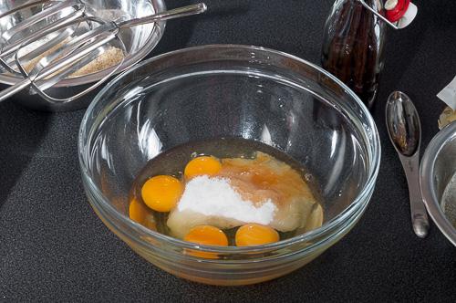 Яйцата, захарта и ванилията се смесват