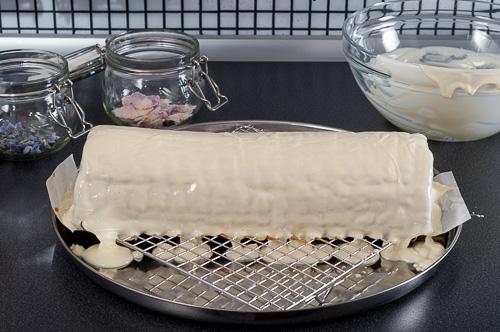 Сладкишът се покрива с белия шоколад