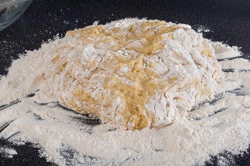 Тестото се меси върху набрашнен плот