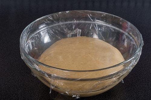 Тестото се поставя в купа да втаса