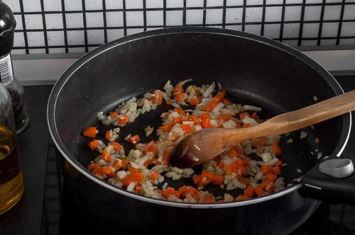 Морковът и лукът се сотират
