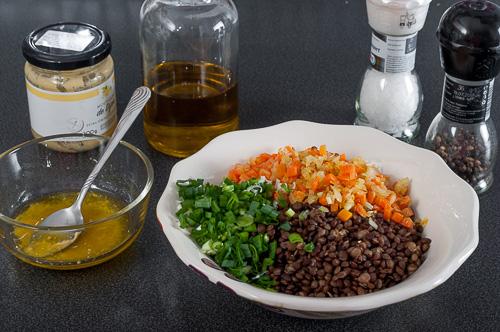 Всички съставки за салатата се смесват