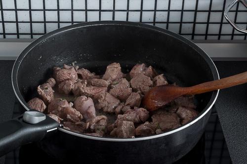 Агнешкото месо се запържва от всички страни