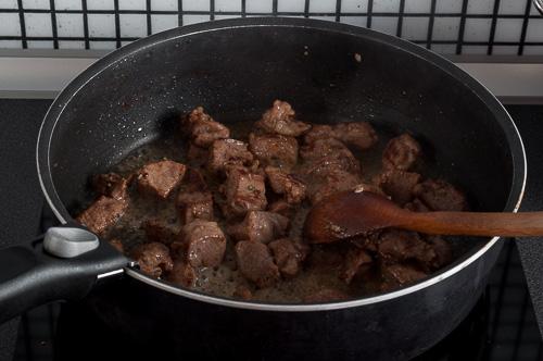 Добавя се виното и месото се готви още 10 минути