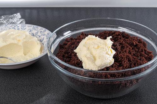 Към трохите от кейка се добавя маслен крем